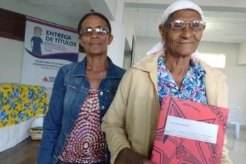Maria Rodrigues Soares, aposentada de 100 anos recebe seu título de propriedade rural